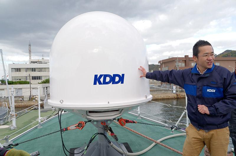 船首に設置された衛星パラボラアンテナ