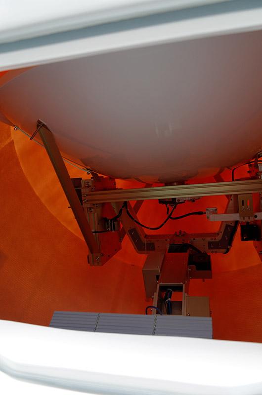 カバー内にアンテナがあり、船の揺れを打ち消すように自動で動いて角度を変えている