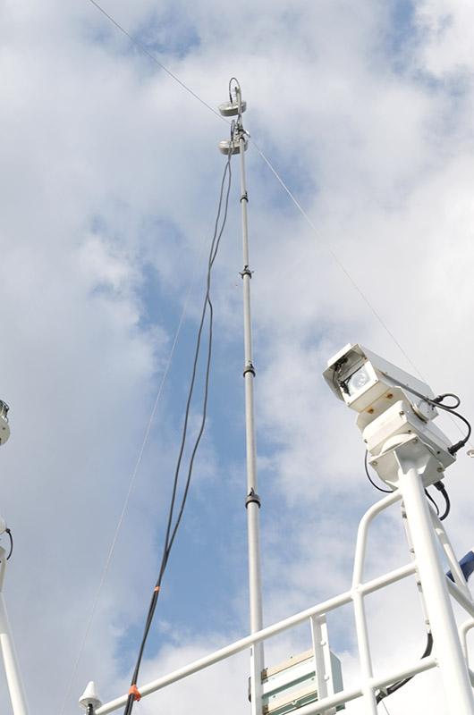 船尾には基地局設備とアンテナを配置