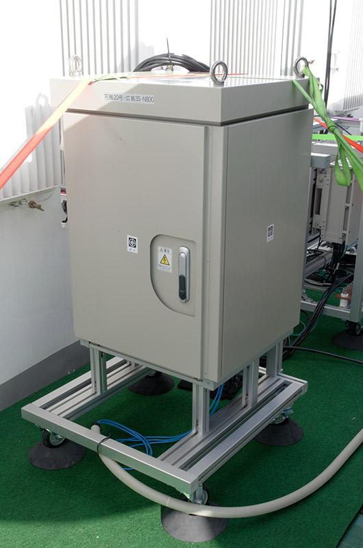 基地局の機材一式と、船舶から供給される電源の変圧装置