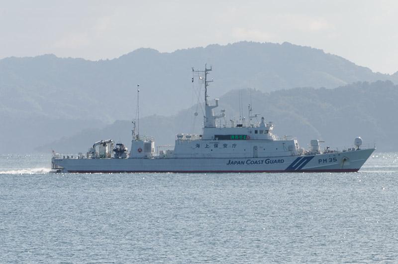 沖合1kmに停泊する巡視船