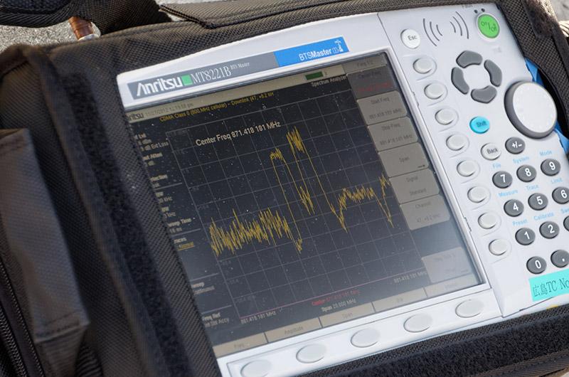 音声通話に使われる電波が照射されると、データ通信のすぐ左が盛り上がった