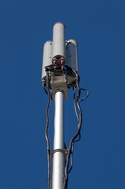 車載型基地局も用いて電波の検証を行っていた