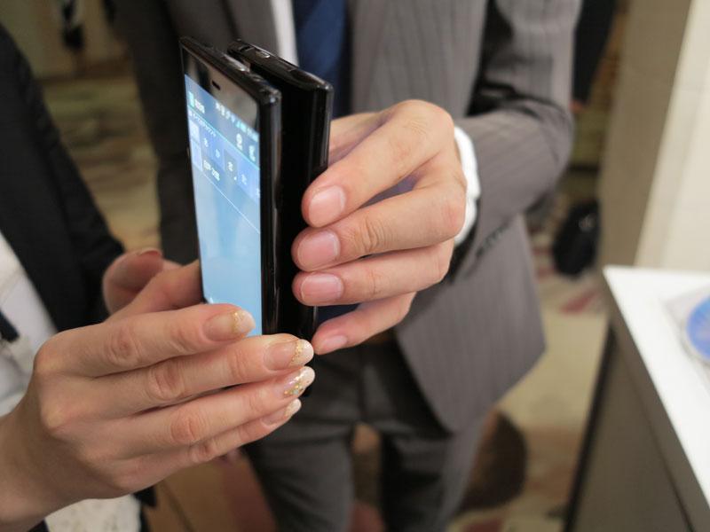 対応機種同士をかざして、連絡先を交換することもできる(10月のソフトバンクモバイル新機種発表会にて)