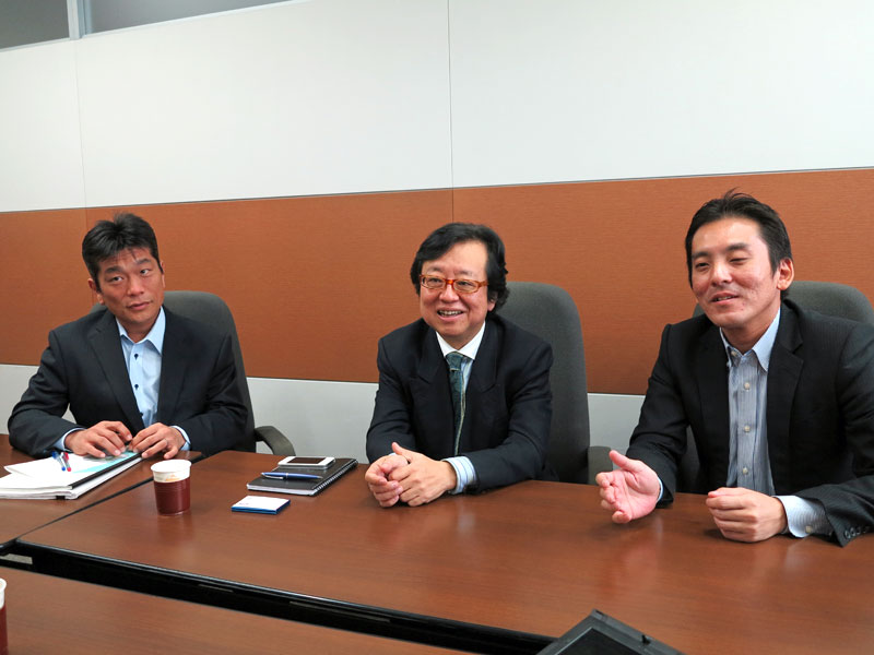 左からドコモの今井氏、KDDIの阪東氏、ソフトバンクモバイルの小峰氏