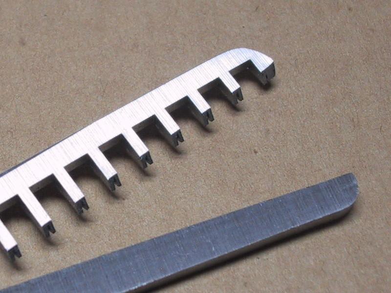 細い刃先にはV字形の切り込みが入っており、この部分で髪をとらえて確実にカットする