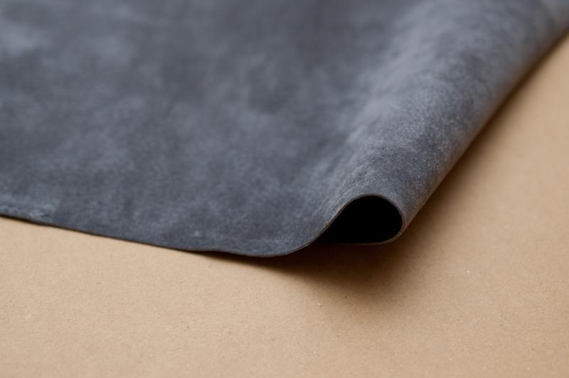 老舗皮革メーカーが手がけるピッグスエードは薄く、非常にしなやか
