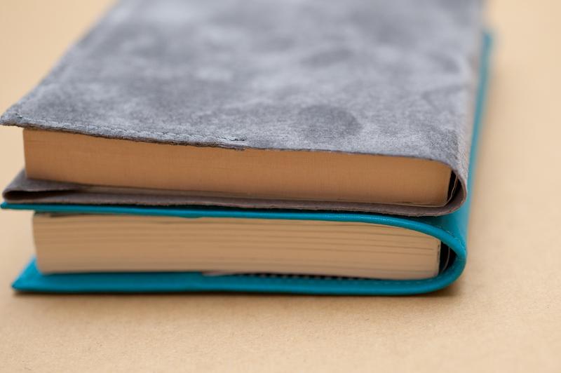カバーをつけたところ。「LEATHER BOOK COVER ハヤカワ文庫トールサイズ」(上)の薄さが際立っており、手に持った際の感覚も大きく違う