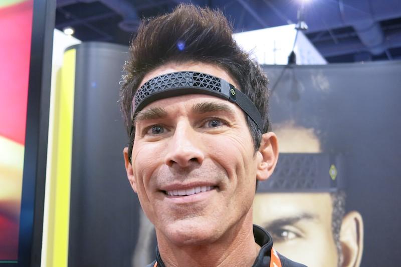 Spreeは専用のヘッドバンドに入れて頭に装着する