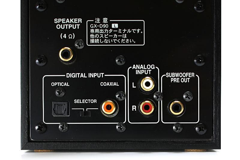 AirMac Expの音声出力はアナログ/光デジタル。光デジタル出力を使えば、音源から無劣化で送られてきた音を、その品位を保ったままアンプへと送り出せる。写真中央は光デジタル入力端子を持つアクティブスピーカーGX-D90だが、こういったスピーカーと組み合わせれば、コンパクトで高音質なAirPlay音楽再生環境を作れる