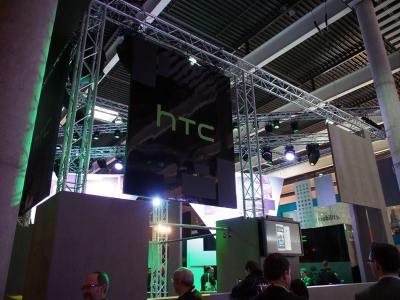 グリーンと通常の色調の照明がめまぐるしく変わるHTCブース
