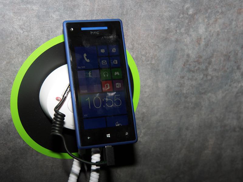 Windows Phoneも出展されていた。左がコンパクトな「Windows Phone 8S」で、右がハイエンドの「Windows Phone 8X」