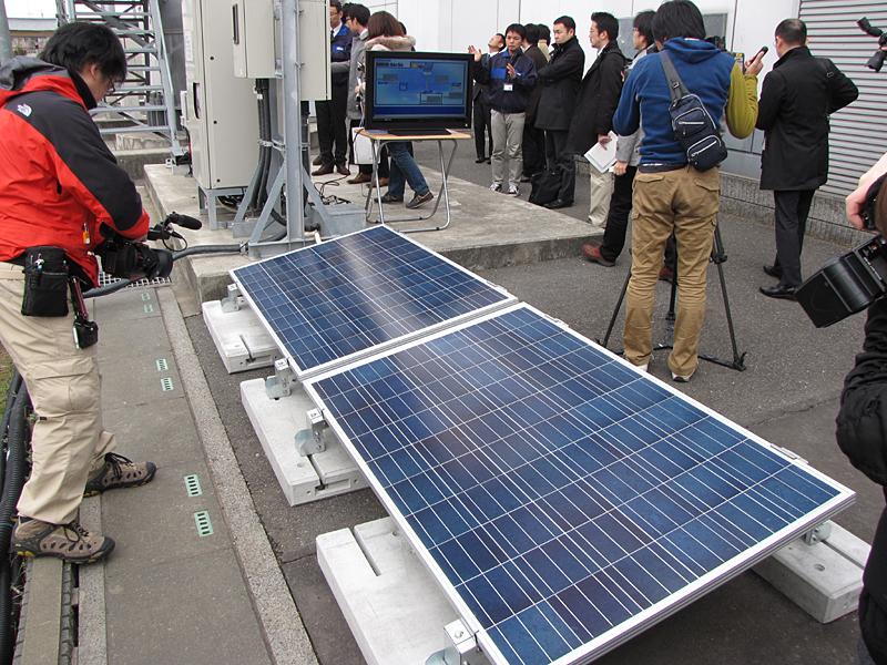 トライブリッド基地局で用いられる太陽光パネル(奥側には無線設備や電源箱が見える)