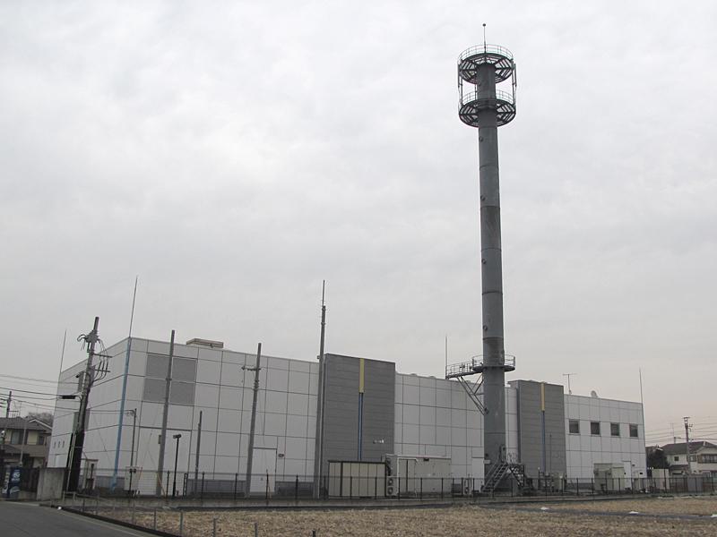 ただし、アンテナは巨大。ちなみに、背後にある建物はKDDIの研修施設であり、基地局とは関係ない