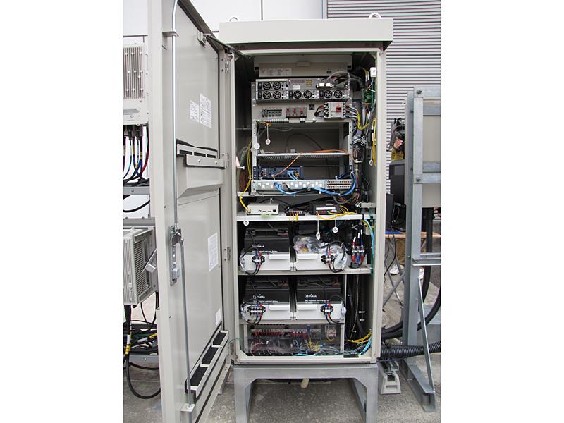 電源箱の内部。下側に蓄電池が備え付けられている