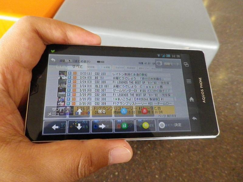 レコーダーの録画番組一覧を表示したところ。画面上のリモコンボタンで操作できる