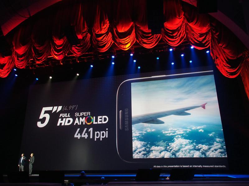 ディスプレイは5インチのフルHD。「Adapt Display」という機能も備える