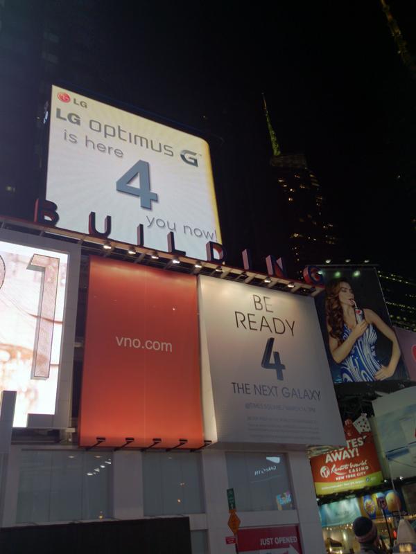 広告に「4」の文字を入れたり、ライバル社の会場にキャンペーンガールを派遣したりと、UNPACKEDが一種のお祭り騒ぎになっていた