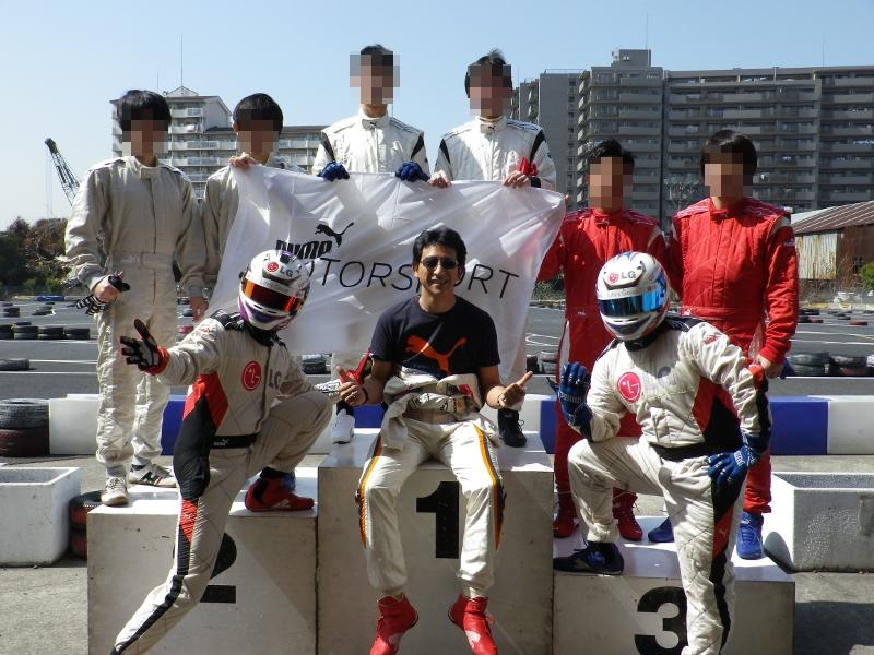 プロドライバーの影山正美選手(中央)とLGマン1号、2号。今回はプーマの協賛により、参加者には同社製のレーシングウェアが貸し出された