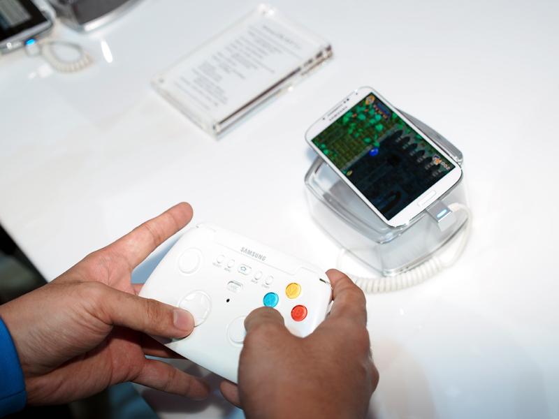 GALAXY S 4対応のゲームパッド。Bluetooth接続のため、分離しても使える