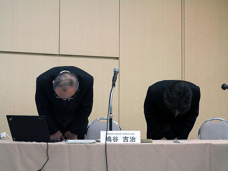 謝罪するKDDIの嶋谷氏(左)と技術統括本部/プラットフォーム開発本部長の住吉浩次氏(右)