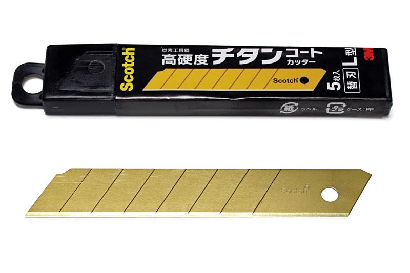 住友スリーエム(3M)の「スコッチ チタンコートカッター」の替え刃。一般的なカッターナイフ本体へ特に問題なくセットすることができた。