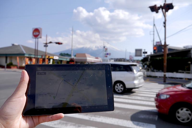 富士山を眺めながら、地図に従って次の目的地へ。画面が広いと行程を確認しやすい