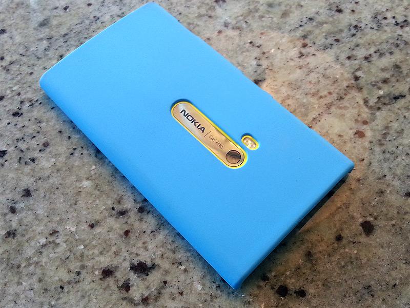 ポップな色のカバーも似合うLumia 920