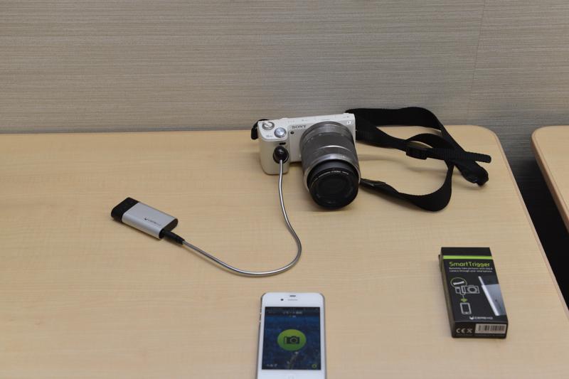 Cerevoの「SmartTrigger」。シャッター用ケーブルを用意すれば、スマートフォンでデジタルカメラのリモートシャッター操作が可能。Bluetooth 4.0に対応することで「2年間電池交換不要」を謳う
