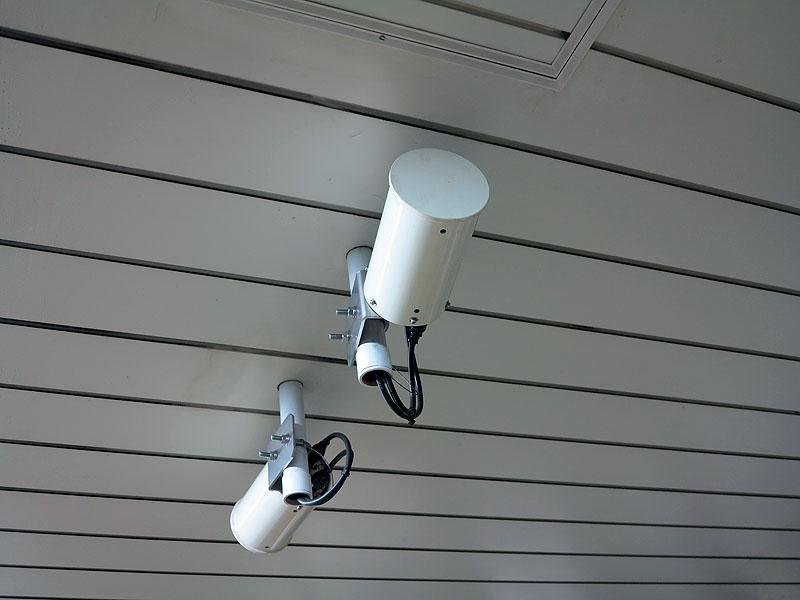 ホーム上に設置される筒状の指向性アンテナ