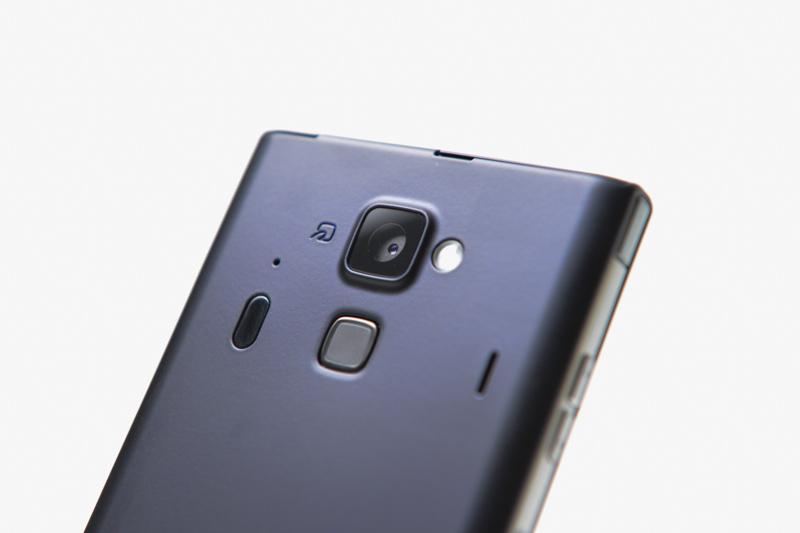 カメラは1630万画素の「EXMOR RS for mobile」を搭載