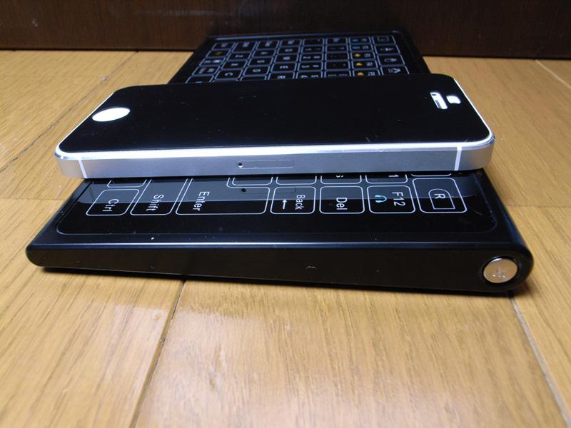 iPhone5とサイズ比較。13mmと薄く、天面がフラットなので鞄の中で邪魔にならない