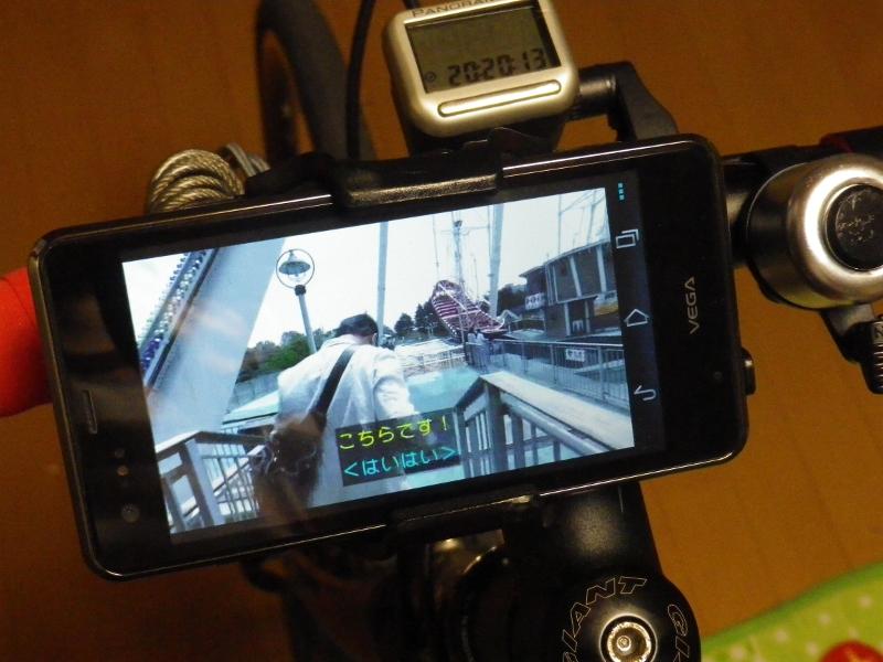 マウントキットでVEGA PTL21を自転車のハンドルに固定。本来は縦向きに固定する必要があるが、室内ということで動画を見やすいように横向きで固定