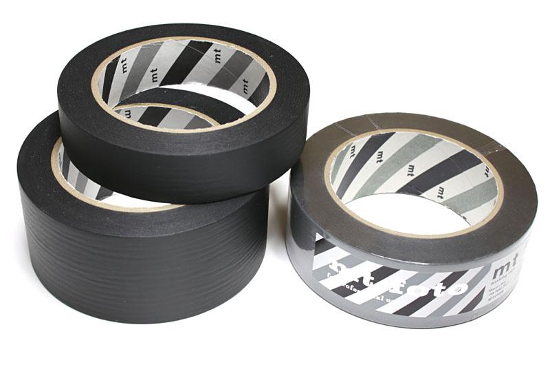 カモ井加工紙の「mt foto」。同社のマスキングテープ「mt」シリーズの撮影現場向けマスキングテープですな。白/黒/グレー×幅3種類がある