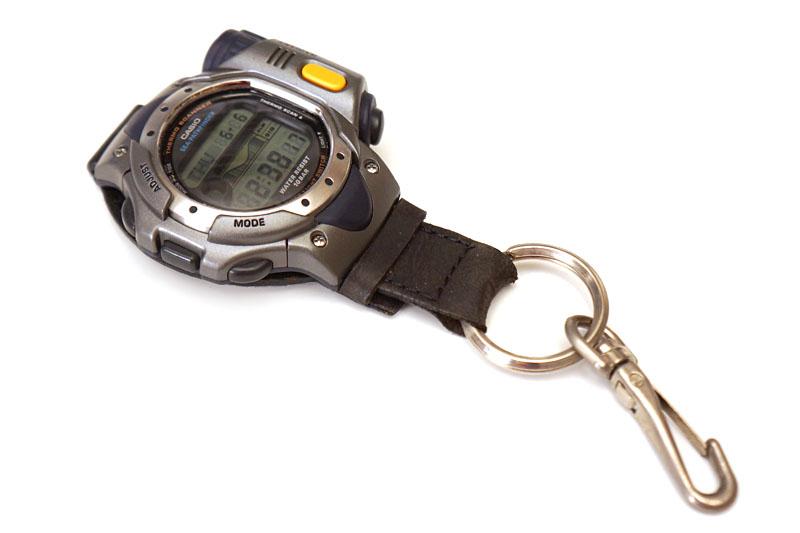 その使用例。釣りに行ったとき、ライフジャケットに吊して使っている。時計は非接触型の水温センサー付きのシー・パスファインダー(カシオ)。再販希望!!