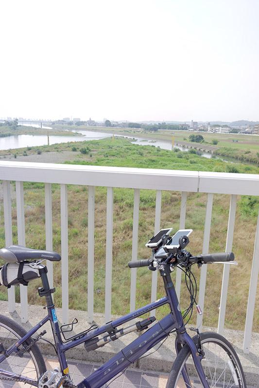 休日にはサイクリストや野球少年らであふれる多摩川も、平日の朝は静かなもの