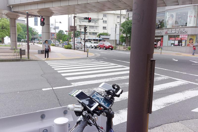 藤沢近辺の交差点。ゴツイハンドル周りに注目する人々のことを気にする余裕はもうない