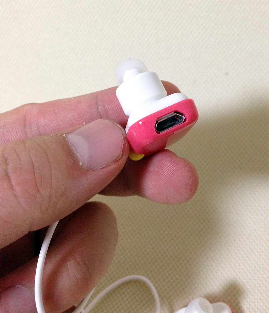 充電用のmicroUSB端子を右耳側のイヤフォンユニットに備える