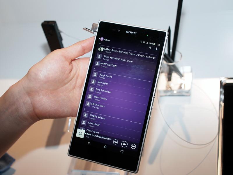 Walkmanアプリで楽曲を検索した画面。ローカルの楽曲と、「Music Unlimited」の楽曲が、シームレスに表示されている