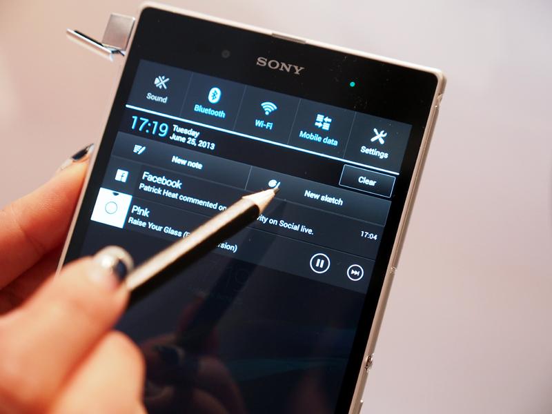 写真のように、市販の鉛筆にもタッチパネルが反応する。通知には、ノートやスケッチアプリを起動するボタンが設けられた