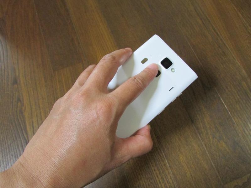端末を伏せて置いておくと、指紋センサーのクリックや指先を滑らす動作が自然にできます。でも、残念ながらレシーバー部のLEDが見えない。比較的派手で分かりやすいイルミなので気に入っているのですが