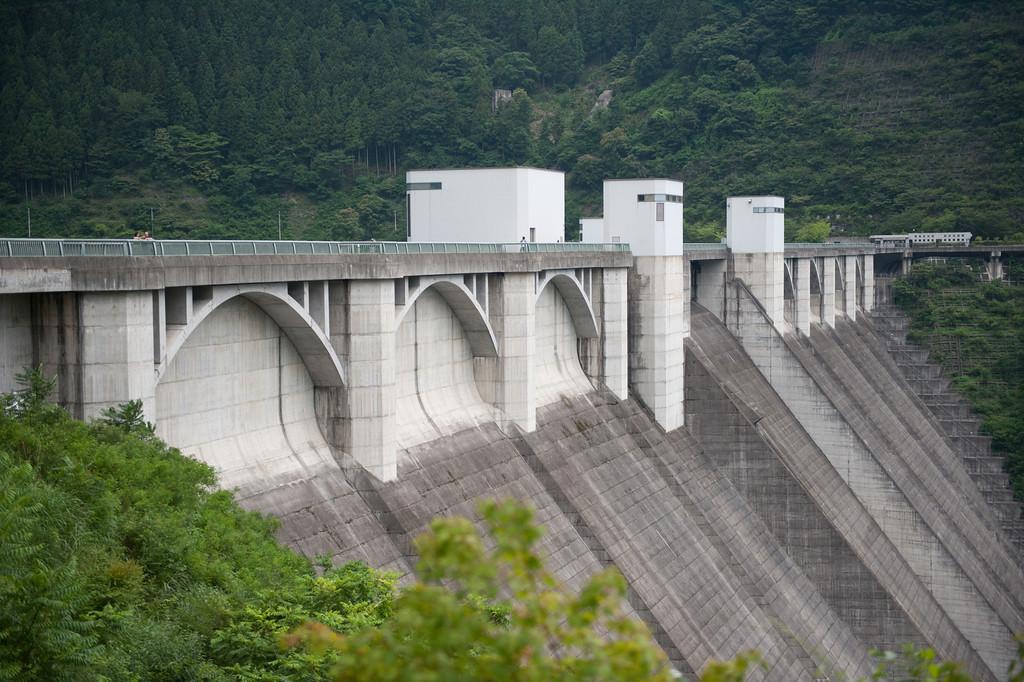 橋立鍾乳洞のすぐ近くにある浦山ダム