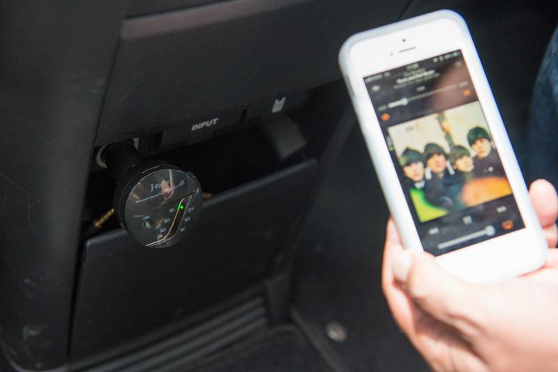 iPhoneでの利用イメージ。「JF-BTFMAXK」(左)とカーオーディオはFMで接続する