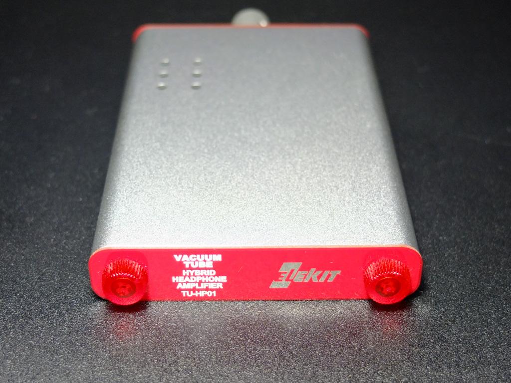 背面には電池ケースが納められており、電池の交換時は背面パネルを外し電池ケースを引き出す。パネルを固定するネジは工具なしで開閉できる親切設計