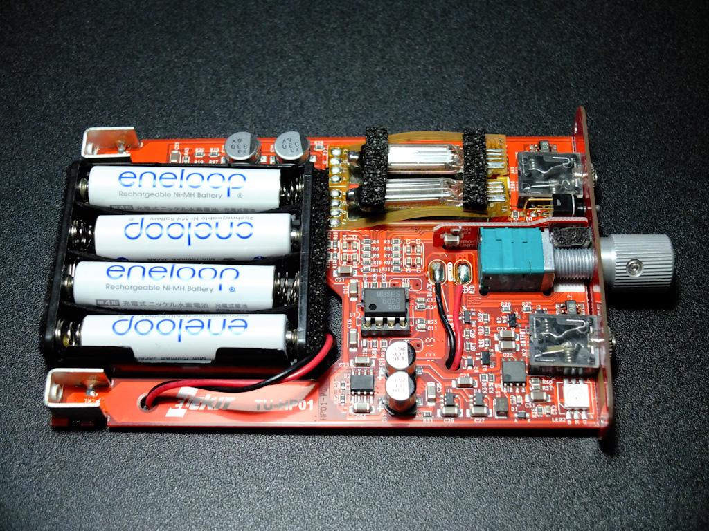 TU-HP01の内部基板。右上に真空管が実装されている。中央部にソケットを利用してOPアンプが実装されている