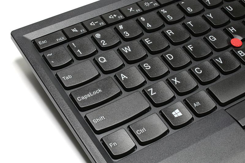 フルサイズキーボードとほぼ同じキーピッチを持つアイソレーション型キーボードで、内蔵電池で動作する。充電はUSB充電に対応。満充電で約30日の駆動が可能。サイズは幅30.55×奥行き16.4×高さ1.35cmで、重量は460g。背面には脚があり、キーボードを2段階で高さ調節できる