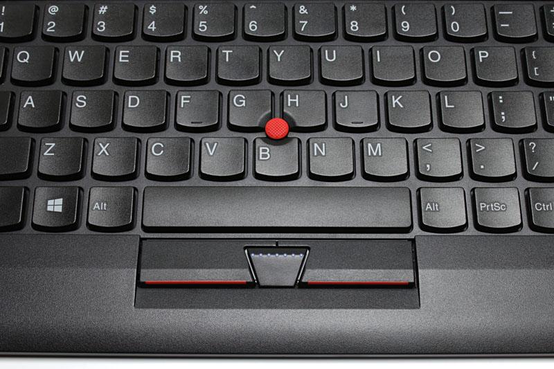 赤いポッチがトラックポイントで、指先でマウスポインタを操作できる。スペースバー手前にはマウスの左右クリックボタンとホイール押下と同等の機能のボタンがある。マウス要らずのキーボードなんですな。英語配列版と日本語配列版が併売されている