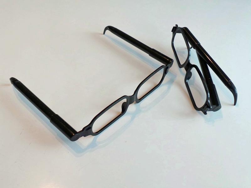 メガネのツルがボールペンになっているとは……