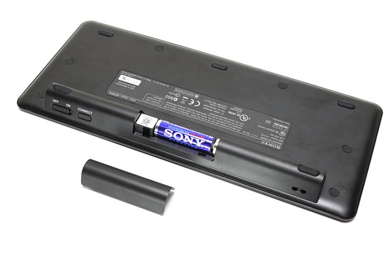 薄くコンパクトだが標準的なキーサイズ/キーピッチがある。PC用キーボードのF1~F12に相当するキーはないが、ほかは英語配列キーボードとしてはマトモ感の高い配列となっている。入手性の高い単3電池で動くという点も、安心感があってよい
