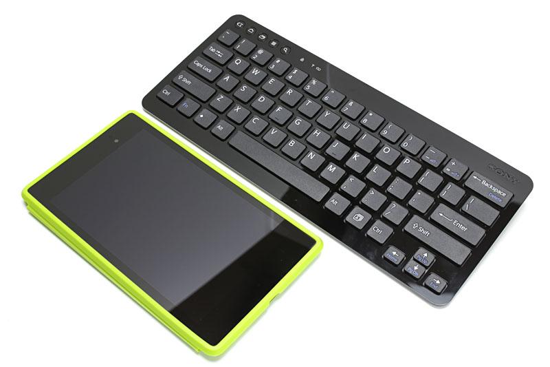 Nexus 7 (2013)と比べると、幅広だがわりとスリムなキーボードであることがわかる。弁当箱用のバンドでキーボードとNexus 7 (2013)と束ねてみたら、イイ感じにまとまった。さらに小振りのスタンドも束ねてまとめることができた